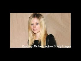 Avril Lavigne apologises to paparazzi