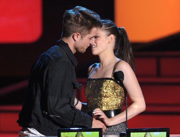 Robert Pattinson And Kristen Stewart Kissing 2013