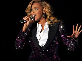 Beyonce Shows Pregnant Bump At End of Performance - Love On Top!