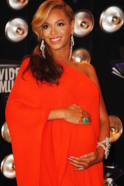 2011 VMAs | Love Is In The Air - Beyonce give paparazzi a chance to immortalize her belly before the big performance
