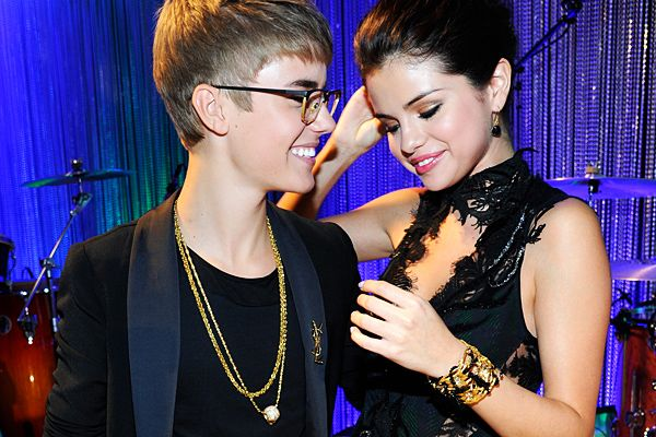 2011 VMAs | Love Is In The Air - Justin and Selena Gomez exchanging looks at the VMA preshow - will they get married?