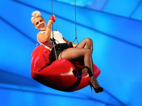 2012 VMA | Highlights - P!nk makes an entrance on big fat red lips before starting into her spectacular performance of