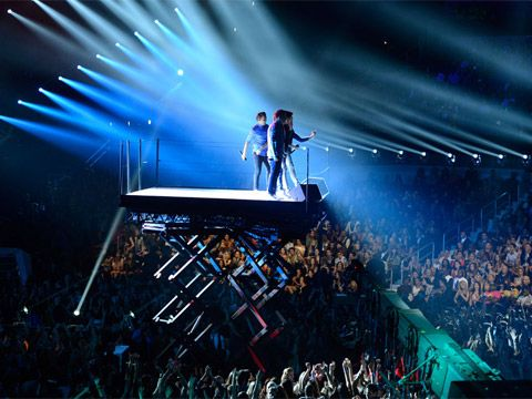 2012 VMA | Performers - One Direction high above the crowd singing their hit