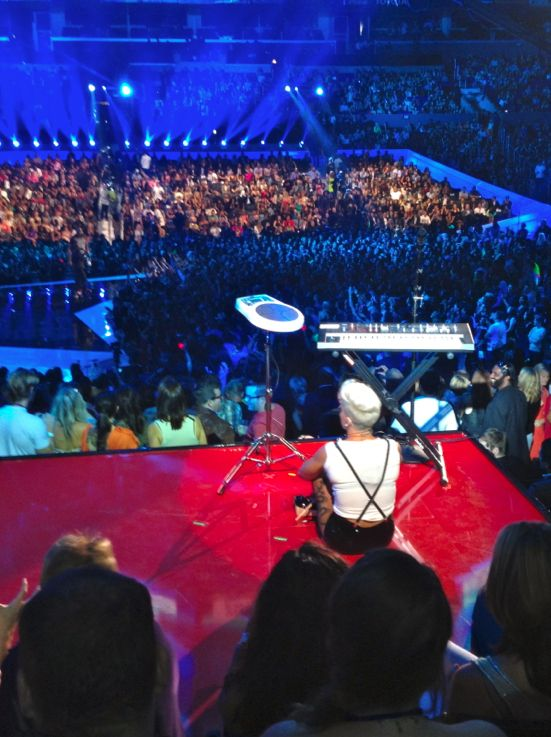 2012 VMA | What You Didn't See! - P!nk waiting for her performance to begin at the 2012 VMAs- awkward!