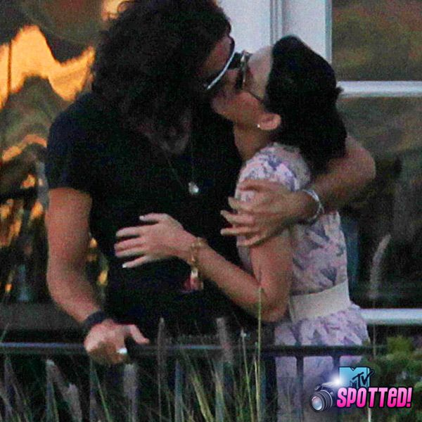 Katy Perry And Russell Brand - Russell Brand and Katy Perry kiss in Los Angeles on October 17, 2009