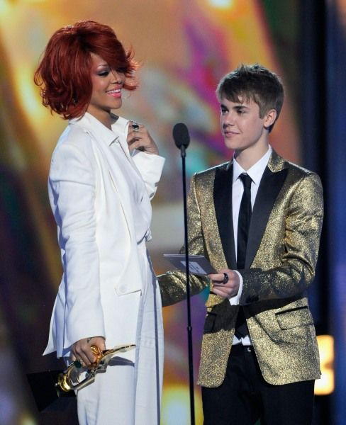 Billboard Music Awards | Britney Meets Rihanna's S & M - Is Justin Bieber really that short or Rihanna just so luciously tall?
