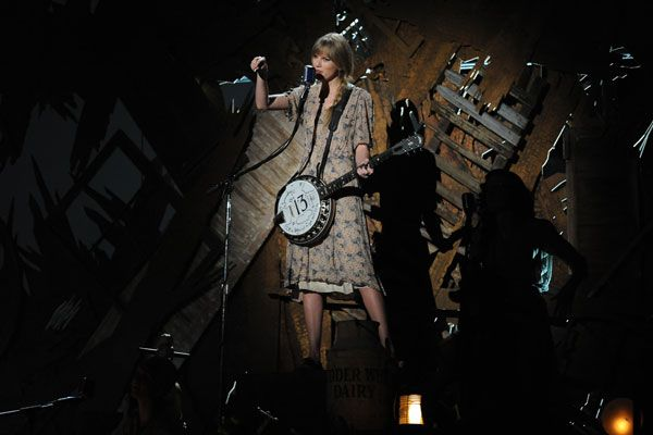 2012 Grammy Award Highlights - Taylor Swift brings down the house with her performance of