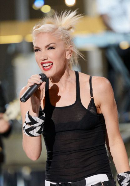 Teen Choice Awards 2012 - Gwen Stefani performing on stage.