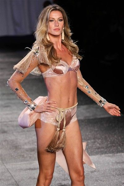 Top Celebrity Abs - Sexxxy Stomachs - aaah! - Gisele Bundchen - Super model, super beautiful, super abs - a triple threat.
